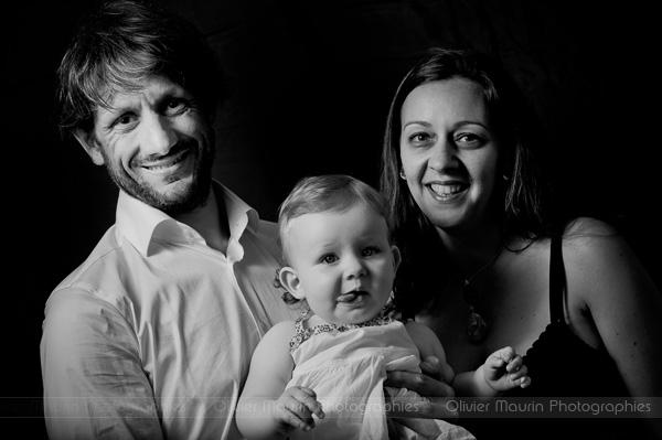 Portrait de famille en studio et noir et blanc