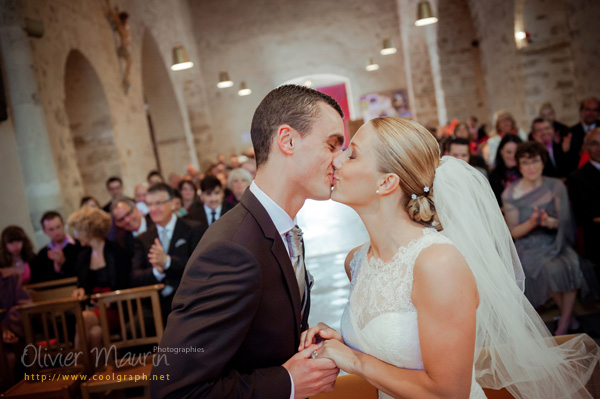 Bisou des mariés à l'église