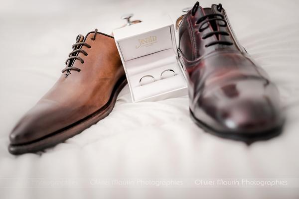 photo de détails des chaussures des mariés