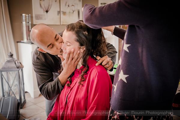 le marié embrasse sa belle pendant les préparatifs