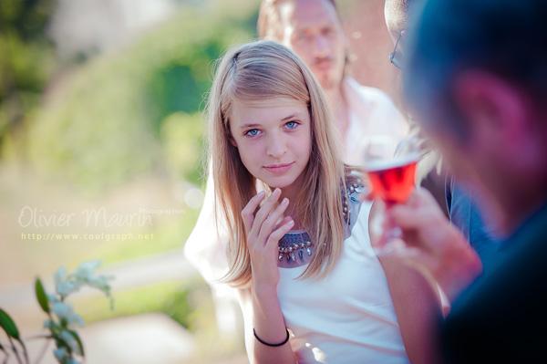 Portrait jeune fille pendant le cocktail