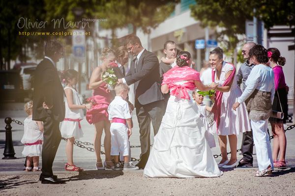 Portraits des mariés et invités devant la Mairie