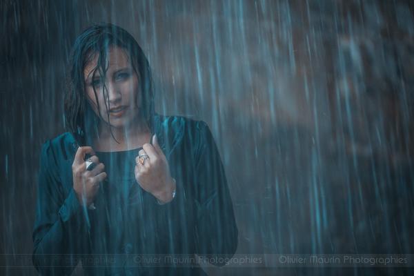 Portrait modèle sous la pluie