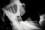 détails en noir et blanc des mariés