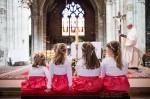 Enfants pendant cérémonie religieuse du mariage