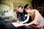 Signature pendant la cérémonie civile