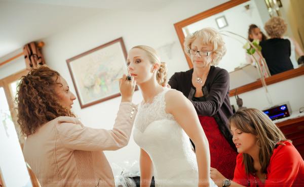 Préparatifs mariage maquillage et habillage de la mariée
