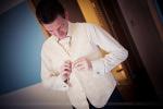 Préparatifs mariage le marié à l'habillage
