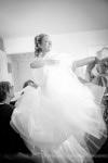 Préparatifs mariage habillage de la mariée avec sa robe
